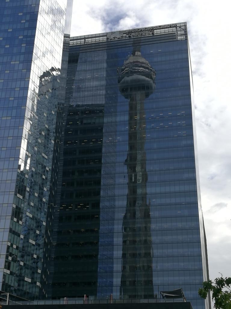 La Tour CN dans le reflet d'une des tours de verre de Toronto